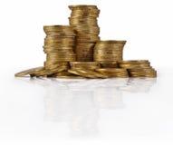 Кучи золотых монеток на белизне Стоковое Фото