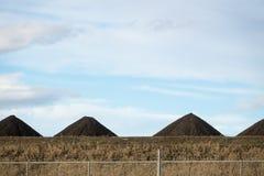 Кучи и кучи песка на месте contruction стоковое изображение rf