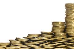 Кучи и стога золотых монеток формируя нижнюю границу рамки Стоковое фото RF