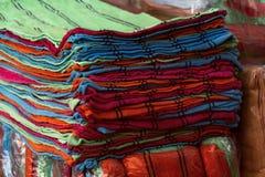 Кучи красочного полотенца в различных цветах штабелированного на полках внутри Стоковое Фото