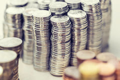 Кучи металлических различных валют в других цветах Стоковые Фото
