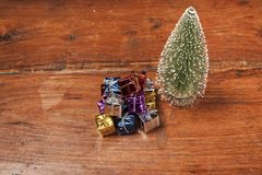 Кучи настоящих моментов под рождественской елкой, верхней частью деревянного стола соперничают Стоковые Фото