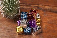 Кучи настоящих моментов под рождественской елкой, взгляд сверху Стоковые Изображения RF
