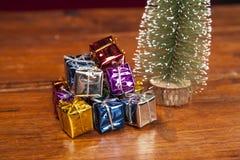 Кучи настоящих моментов под рождественской елкой, конца вверх Стоковые Изображения