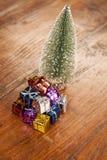 Кучи настоящих моментов под рождественской елкой Стоковая Фотография RF