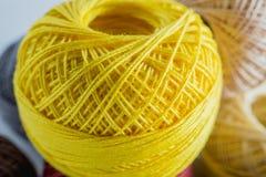 Кучи покрашенной желтым цветом предпосылки пряжи шариков Стоковое Изображение RF