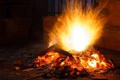 Кучи древесины утиля на огне Стоковая Фотография