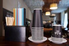 Кучи устранимых бумажных стаканчиков, пестротканых солом и деревянных ручек Стоковое Изображение RF