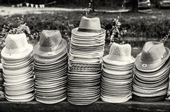Кучи шляп лета в магазине, бесцветные Стоковые Изображения