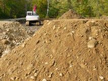 кучи h земли конструкции backhoe стоковое изображение rf