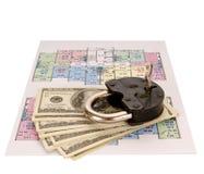 100 куч денег долларовых банкнот и старого замок на светокопиях Стоковое Изображение RF