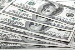100 куч распространенных долларовыми банкнотами вне Стоковые Изображения RF