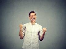 Кулаки счастливого успешного бизнесмена выигрывая нагнетали праздновать успех Стоковые Фото