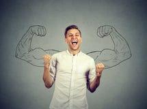 Кулаки успешного человека выигрывая нагнетали праздновать успех изгибая мышцы Стоковая Фотография RF