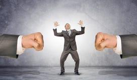 Кулаки человека и вспугнутый бизнесмен Стоковые Фотографии RF