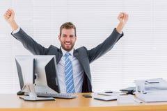 Кулак жизнерадостного бизнесмена обхватывая на столе офиса Стоковые Фото