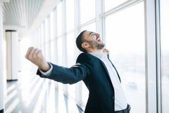 Кулак повышения бизнесмена и победа праздновать стоковые фотографии rf