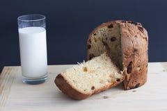 Кулич на деревянной доске и молоке стоковое фото rf