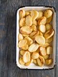 Кудрявая зажаренная в духовке картошка стоковые фотографии rf