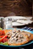Кудрявые зажаренные домодельные блинчики картошки с соусом гриба Стоковые Изображения