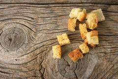 Кудрявые золотые свеже sauteed гренки сделанные из cubed белого хлеба стоковое фото