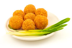 Кудрявые шарики сыра с зеленым луком на плите Стоковая Фотография RF