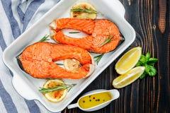 Кудрявый зажаренный в духовке salmon стейк Стоковые Изображения
