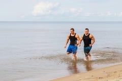 Культуристы на пляже Стоковое Изображение RF