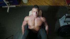Культурист в гимнастике сток-видео