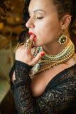 Культурист с побритыми висками, несимметричная стрижка девушки стоковая фотография