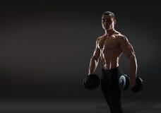 Культурист человека красивой силы атлетический делая тренировки с dum стоковая фотография