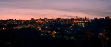Кьети, город в Абруццо, на заходе солнца (Италия) Стоковые Изображения RF