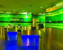 Кёльн, Германия - 12-ое декабря 2017: Офис проката автомобиля Europcar на авиапорте Франкфурта Hahn в Германии Стоковое Фото