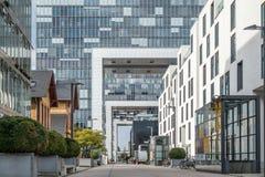 Кёльн, Германия - 19-ое апреля 2017: Дома крана в Rheinauhafen Стоковая Фотография RF