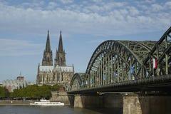 Кёльн - собор Кёльна и мост Hohenzollern Стоковая Фотография