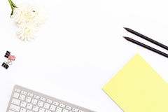 Клавиатура, желтая пусковая площадка, черные карандаш 2, цветок хризантемы и зажимы для бумаги на белой предпосылке Плоское полож Стоковые Фотографии RF