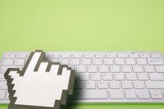 Клавиатура компьютера на зеленой предпосылке знаки компьютера перевод 3d иллюстрация 3d Стоковые Фото
