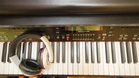 Клавиатура рояля и наушники Стоковая Фотография