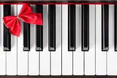 Клавиатура рояля с красной лентой Стоковое Фото