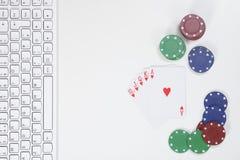 Клавиатура рядом с играя карточками и обломоками покера Стоковые Фотографии RF