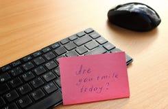 Клавиатура с примечанием на деревянном столе Стоковые Фото