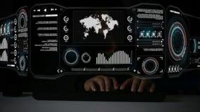 Клавиатура хакера печатая с элементом карты мира pi бара диаграммы кода интерфейса дисплея головы HUD поднимающим вверх для conce акции видеоматериалы