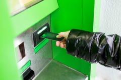 Клавиатура EPP ATM прессы девушки Стоковые Фото