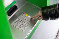 Клавиатура EPP ATM прессы девушки Стоковая Фотография RF
