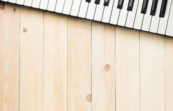 Клавиши на клавиатуре музыки на деревянном столе Стоковое Фото