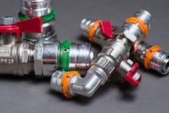 Клапаны воды с штуцерами на сером цвете Стоковые Фотографии RF
