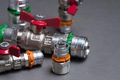 Клапаны воды с штуцерами на сером цвете Стоковое Изображение RF