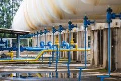 Клапаны на газовом заводе, предохранительном клапане давления и трубе газопровода Стоковое Изображение
