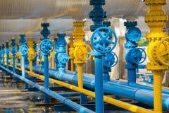 Клапаны на газовом заводе, фокусе предохранительного клапана давления селективном Стоковые Изображения RF