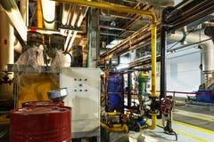 клапаны системы насосного отделения трубопроводов манометров топления оборудования боилера самомоднейшие мочат стоковое фото